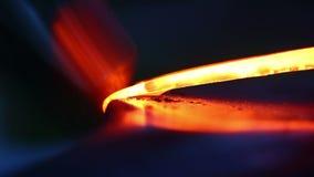 Σφυρηλάτηση του καυτού μετάλλου στο σιδηρουργείο Σιδηρουργός που σφυρηλατεί με το χέρι το καυτό μέταλλο στο αμόνι απόθεμα βίντεο