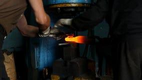Σφυρηλατήστε, παραγωγή της θερμικής επεξεργασίας και σφυρηλατημένο κομμάτι των μερών μετάλλων, εργοστάσιο, κινηματογράφηση σε πρώ απόθεμα βίντεο