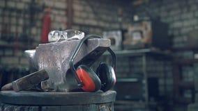 Σφυρηλατήστε το εργαστήριο - σφυρί, αμόνι και προστατεύστε τα ακουστικά απόθεμα βίντεο