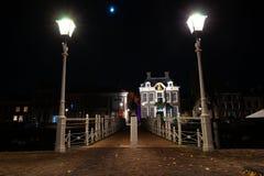 Σφυρηλατημένη γέφυρα χυτοσιδήρου στο λιμάνι με το φωτισμό οδών και το ο στοκ εικόνα
