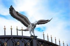 Σφυρηλατημένος αετός πουλιών μετάλλων στην πύλη σιδήρου στοκ φωτογραφίες
