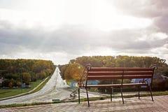 Σφυρηλατημένος πάγκος στο υπόβαθρο του δρόμου στοκ φωτογραφία με δικαίωμα ελεύθερης χρήσης