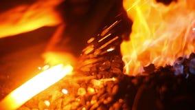 Σφυρηλάτηση σιδηρουργών ξίφη με τους σπινθήρες πυρκαγιάς απόθεμα βίντεο