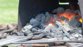 Σφυρηλατήστε με τον άνθρακα και τη φλόγα απόθεμα βίντεο