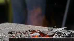 Σφυρηλατήστε με τον καυτό να ευημερήσει άνθρακα απόθεμα βίντεο