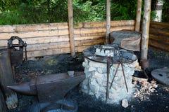 Σφυρηλατήστε στο ρωσικό ύφος σε ένα χωριό στη Ρωσία Στοκ Εικόνες