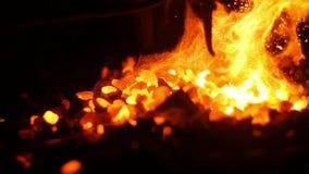 Σφυρηλατήστε την έκρηξη στις φλόγες σε ένα εργαστήριο σιδηρουργών φιλμ μικρού μήκους