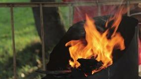 Σφυρηλατήστε την πυρκαγιά του σιδηρουργού όπου τα εργαλεία σιδήρου είναι φιλμ μικρού μήκους