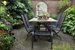 Σφυρηλατημένοι σίδηρος πίνακας και καρέκλες Στοκ εικόνα με δικαίωμα ελεύθερης χρήσης