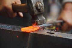 Σφυρηλατώντας καυτός σίδηρος Στοκ φωτογραφία με δικαίωμα ελεύθερης χρήσης