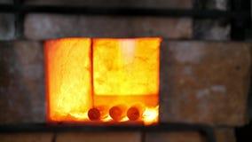 Σφυρηλατώντας μια πυρκαγιά για τη θέρμανση του μετάλλου σφυρηλατήστε μέσα το φούρνο φιλμ μικρού μήκους
