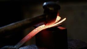 Σφυρηλατώντας το καυτό μέταλλο σφυρηλατήστε απόθεμα βίντεο