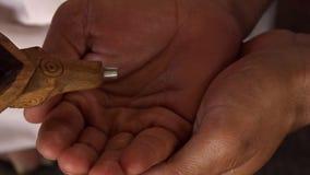 Σφυροκόπημα σε ένα ξύλινο κονίαμα φιλμ μικρού μήκους