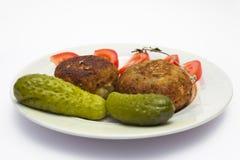Σχάρα, αγγούρια, χωρισμένες σε τετράγωνα ντομάτες σε ένα πιάτο Στοκ φωτογραφίες με δικαίωμα ελεύθερης χρήσης