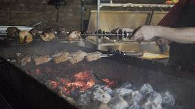 σχάρα Η μαριναρισμένη σχάρα είναι μαγειρευμένη σε έναν ορειχαλκουργό με τις πατάτες που είναι τυλιγμένη στο φύλλο αλουμινίου στον απόθεμα βίντεο