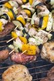 Σχάρα με το εύγευστο ψημένο στη σχάρα κρέας και λαχανικό στη σχάρα Στοκ Φωτογραφία