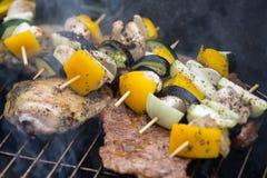Σχάρα με το εύγευστο ψημένο στη σχάρα κρέας και λαχανικό στη σχάρα Στοκ φωτογραφίες με δικαίωμα ελεύθερης χρήσης