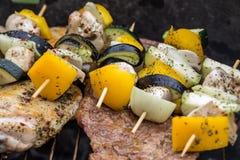 Σχάρα με το εύγευστο ψημένο στη σχάρα κρέας και λαχανικό στη σχάρα Στοκ Εικόνα