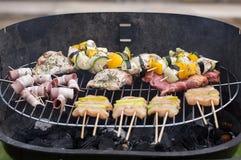 Σχάρα με το εύγευστο ψημένο στη σχάρα κρέας και λαχανικό στη σχάρα Στοκ φωτογραφία με δικαίωμα ελεύθερης χρήσης