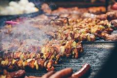Σχάρα οβελιδίων κρέατος στην αγορά Χριστουγέννων Στοκ Εικόνες