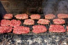 Σχάρα που μαγειρεύει BBQ τα λουκάνικα λουκάνικων κρέατος Στοκ Εικόνες