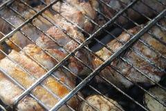 Σχάρα που τηγανίζεται στη φωτιά και τους άνθρακες στοκ φωτογραφία με δικαίωμα ελεύθερης χρήσης