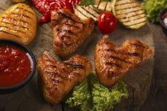 Σχάρα φτερών κοτόπουλου με τα ψημένα στη σχάρα λαχανικά Στοκ εικόνες με δικαίωμα ελεύθερης χρήσης