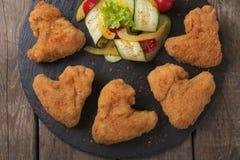 Σχάρα φτερών κοτόπουλου με τα ψημένα στη σχάρα λαχανικά Στοκ Εικόνες