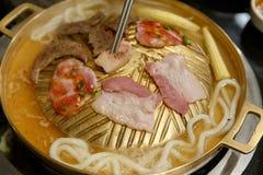 Σχάρα Udon και χοιρινού κρέατος BBQ στο τηγάνι ορείχαλκου Στοκ εικόνες με δικαίωμα ελεύθερης χρήσης