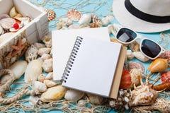 Σχέδια για τις θερινές διακοπές Βιβλίο σημειώσεων στα θαλασσινά κοχύλια στοκ εικόνες με δικαίωμα ελεύθερης χρήσης