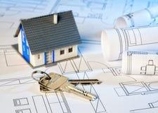 Σχέδια κατασκευής με το σπίτι και το κλειδί Στοκ Φωτογραφίες