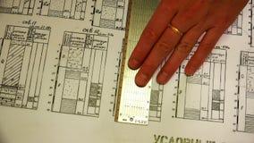 Σχέδια σε διαφανές χαρτί με έναν κυβερνήτη κλίμακας απόθεμα βίντεο