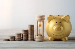 Σχέδιο αποταμίευσης με τη χρυσή piggy τράπεζα στοκ εικόνες με δικαίωμα ελεύθερης χρήσης