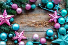 Σχέδιο διακοσμήσεων Χριστουγέννων Τα ρόδινες και μπλε αστέρια και οι σφαίρες κοντά στο πεύκο διακλαδίζονται στην ξύλινη τοπ άποψη Στοκ Φωτογραφίες
