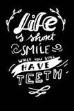 Σχέδιο εγγραφής τυπογραφίας σε μια σύσταση και μια ηλιοφάνεια μορφής δοντιών grunge για την τυπωμένη ύλη, μπλούζα Απόσπασμα Teeet Στοκ εικόνα με δικαίωμα ελεύθερης χρήσης
