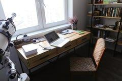 Σχέδιο και εξοπλισμένο γραφείο για την εργασία με τις συσκευές στο spacio στοκ εικόνα με δικαίωμα ελεύθερης χρήσης
