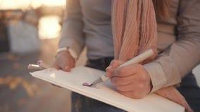 Σχέδιο καλλιτεχνών με τους δείκτες απόθεμα βίντεο