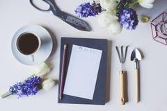 Σχέδιο κηπουρών άνοιξη ή για να κάνει τον κατάλογο σχετικά με τον πίνακα με το κενό διάστημα στο άσπρο υπόβαθρο Στοκ Φωτογραφίες