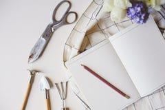 Σχέδιο κηπουρών άνοιξη ή για να κάνει τον κατάλογο σχετικά με τον πίνακα με το κενό διάστημα στο άσπρο υπόβαθρο Στοκ Εικόνες