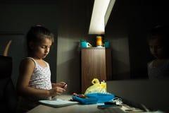 Σχέδιο κοριτσιών παιδάκι με τα ζωηρόχρωμα μολύβια στο σπίτι στοκ εικόνα