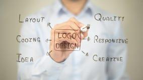 Σχέδιο λογότυπων, τέχνη συνδετήρων έννοιας, άτομο που γράφει στη διαφανή οθόνη Στοκ Φωτογραφίες