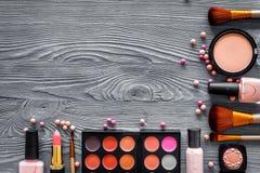 Σχέδιο με τα μπεζ, nude χρώματα σκιών και ρουζ ματιών στην γκρίζα ξύλινη τοπ άποψη υποβάθρου copyspace Στοκ Εικόνα