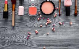 Σχέδιο με τα μπεζ, nude χρώματα σκιών και ρουζ ματιών στην γκρίζα ξύλινη τοπ άποψη υποβάθρου copyspace Στοκ φωτογραφία με δικαίωμα ελεύθερης χρήσης