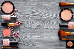 Σχέδιο με τα μπεζ, nude χρώματα σκιών και ρουζ ματιών στην γκρίζα ξύλινη τοπ άποψη υποβάθρου copyspace Στοκ Εικόνες