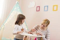 Σχέδιο μητέρων και κορών με τα κραγιόνια Στοκ φωτογραφίες με δικαίωμα ελεύθερης χρήσης