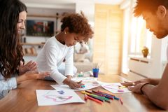 Σχέδιο μητέρων και πατέρων μαζί με το παιδί τους Στοκ Εικόνες