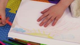 Σχέδιο μικρών κοριτσιών με τα μολύβια απόθεμα βίντεο