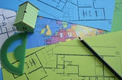 Σχέδιο οικοδόμησης με το πρότυπο και μαύρο μολύβι σπιτιών Στοκ εικόνες με δικαίωμα ελεύθερης χρήσης