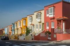 Σχέδιο που εξετάζει νέα ζωηρόχρωμα σπίτια Tenerife το νησί Στοκ Εικόνες