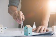 Σχέδιο σχεδίων αρχιτεκτονικής κινηματογραφήσεων σε πρώτο πλάνο για την μπλε τυπωμένη ύλη με τον αρχιτέκτονα Στοκ εικόνες με δικαίωμα ελεύθερης χρήσης